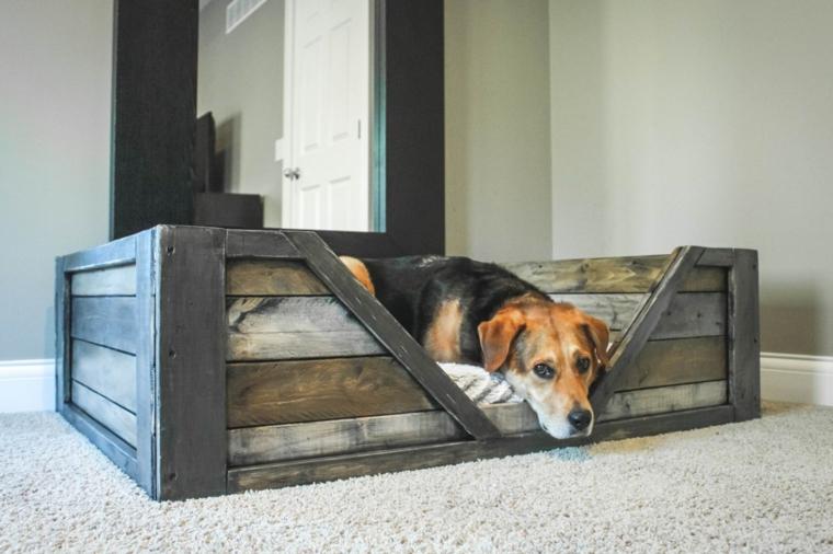 idea per creare dei mobili con pallet, una cuccia per il cane con le assi colorate