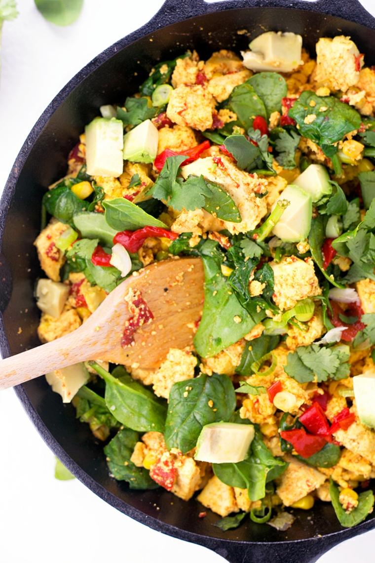 delizioso piatto vegano, tofu riccete con spinaci freschi, peperoncino, porro e spezie