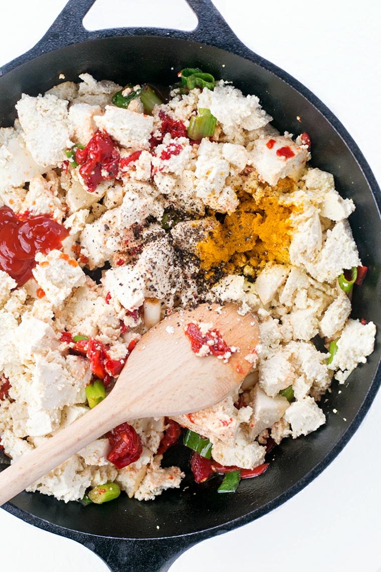 idea per come cucinare il tofu in modo semplice e veloce: aggiungere salsa e spezie