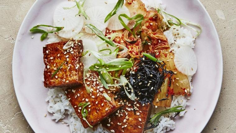 piatto vegano, esempio di tofu affumicato ricette con del sesamo e riso basmati