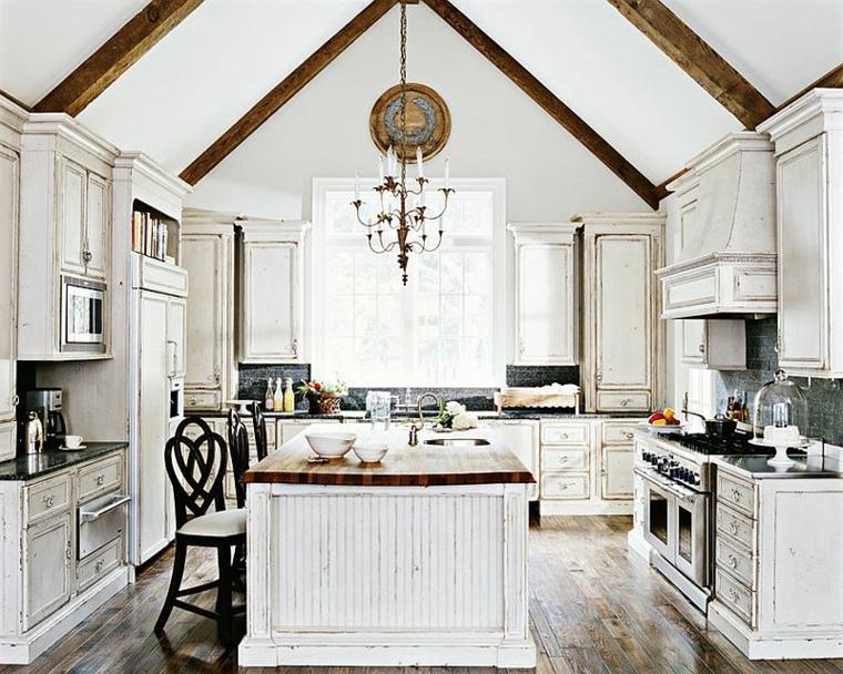 ampia cucina con travi a vista e pavimento in legno, mobili bianchi: colori shabby