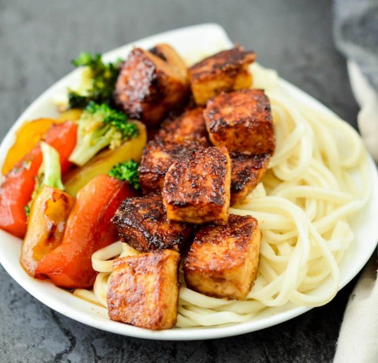 piatto vegano completo, idea per tofu affumicato ricette con dei peperoni, broccoli e noodle