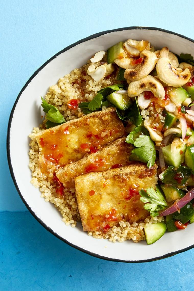 piatto tofu ricette giallo zafferano con delle fette di tofu croccante, quinoa, funghi e verdure