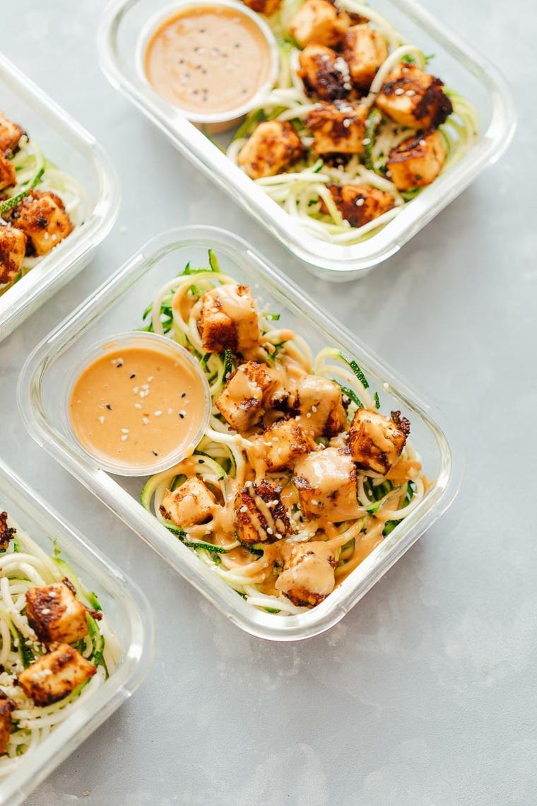 piatto pronto: ricette veloci vegetariane a base di tofu croccante con sesamo e noodel di zucchine