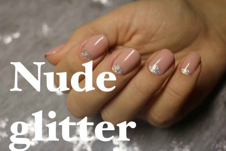 idea fai da te facile da realizzare per una nail art naturale con smalto color carne e glitter