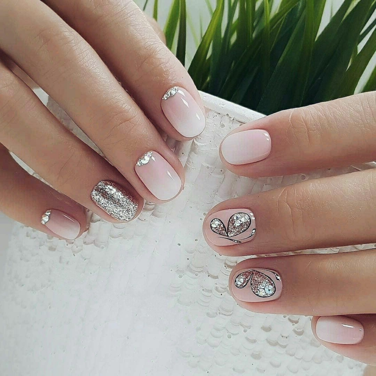 nail art con unghie gel color carne brillante, anulare e decorazioni argentate