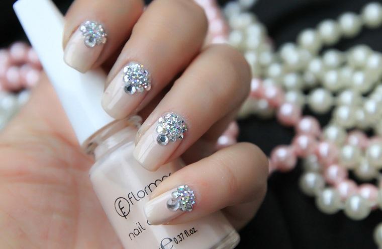 Manicure sposa, smalto acrilico di colore nude, decorazioni su tutte le unghie con brillantini