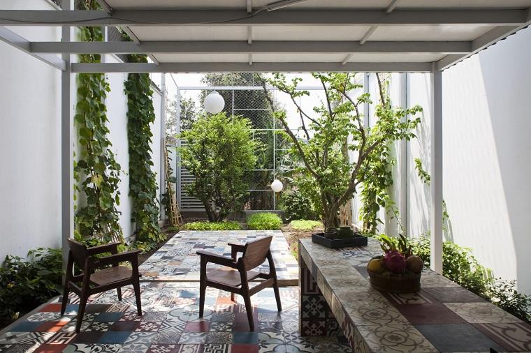 Piccoli giardini, idea con pergola di legno e decorazione con piante rampicanti