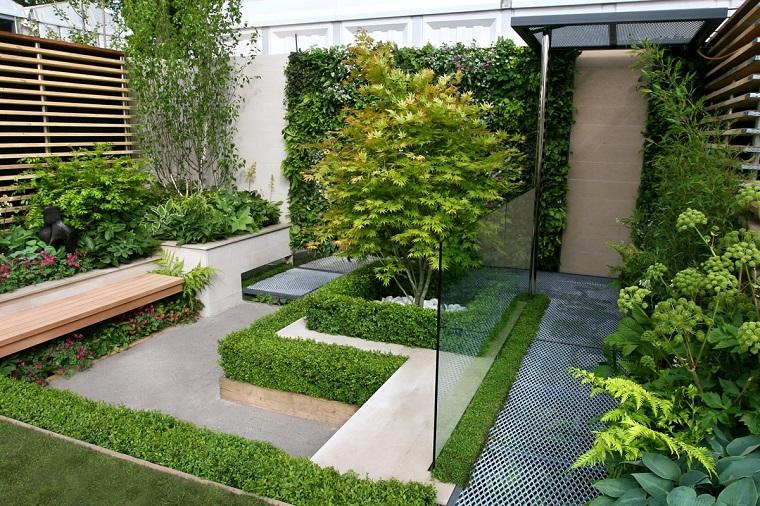 Giardini immagini, piccola area esterna con panchina in legno e tante piante sempreverdi