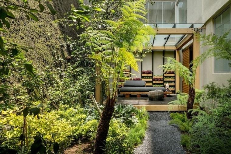 Giardini da copiare, arredamento con mobili in legno e cuscineria di colore grigio