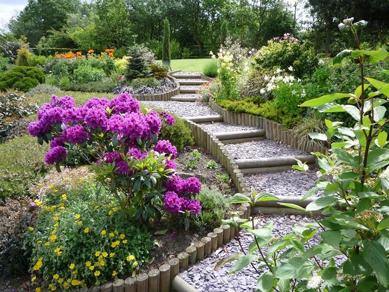 Piccoli giardini con ghiaia, decorazione con piante e alberi verdi, in pendenza con scale