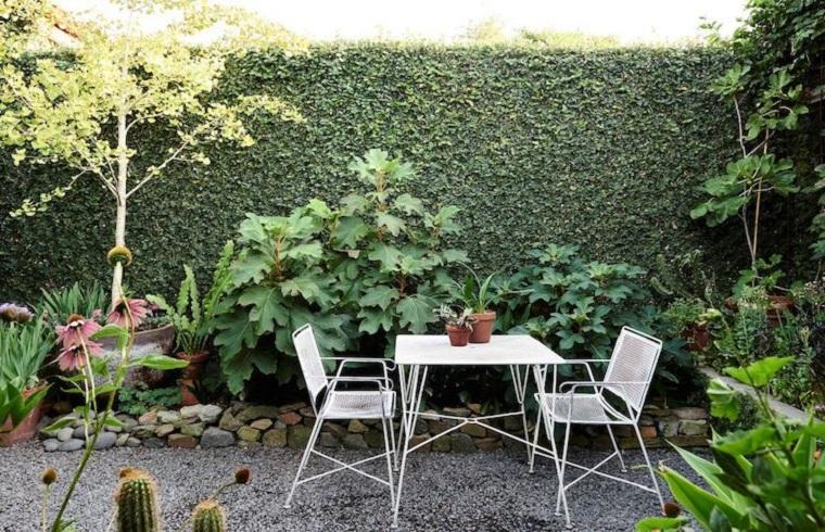 Mobili di colore bianco in ferro battuto, idee giardino dalle dimensioni piccole con piante rampicanti sui muri