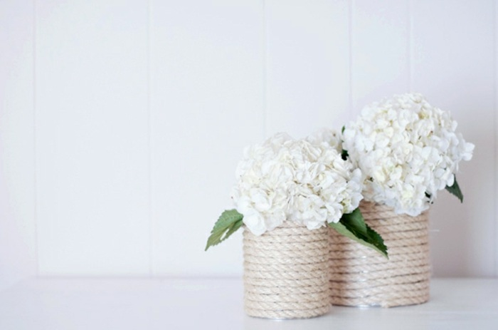 esempio di cose da creare in casa, idee regalo, dei vasi per i fiori decorati con della corda