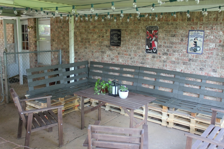 set pallet arredamento fai da te, un divano angolare, due sedie e un tavolo
