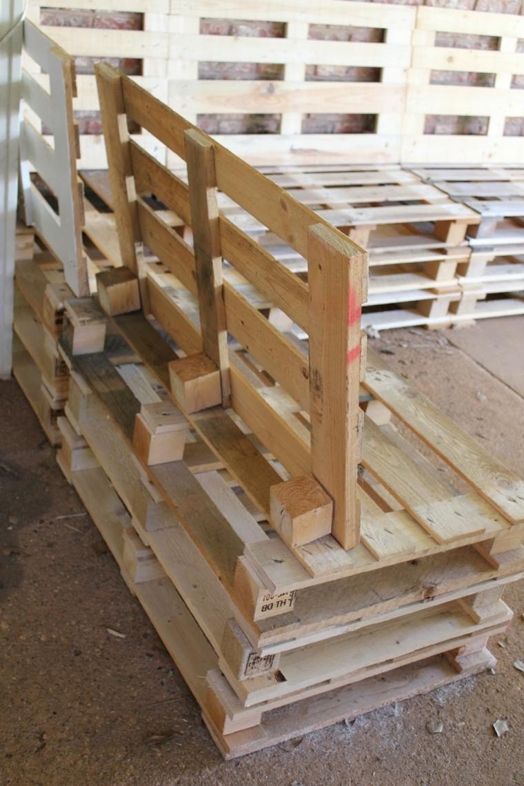 primo piano dell'arredamento con bancali composto da un divano angolare
