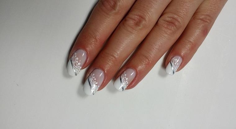 Unghie gel bianche, decorazioni motivi floreali, manicure forma a mandorla