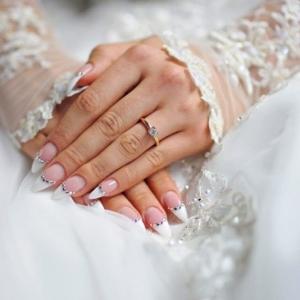 Unghie sposa, tutorial, abbinamenti al bouquet e tante immagini a cui ispirarsi