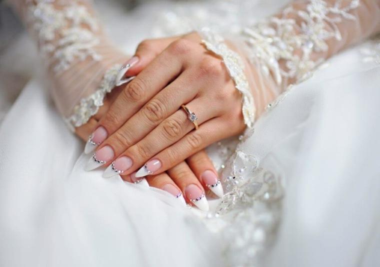 Stiletto lungo per unghie da sposa, decorazioni con piccoli brillantini verso la metà dell'unghia
