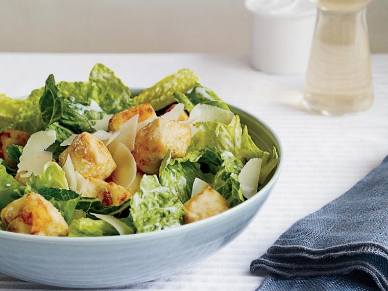 piatto estivo facile e sano, esempio per come cucinare il tofu con dell'insalata
