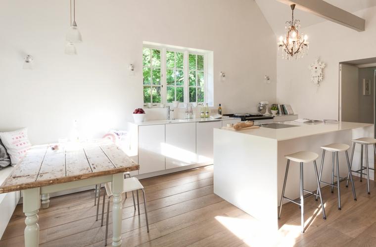 idea per allestire delle cucine shabby chic moderne bianche con un tavolo e una penisola