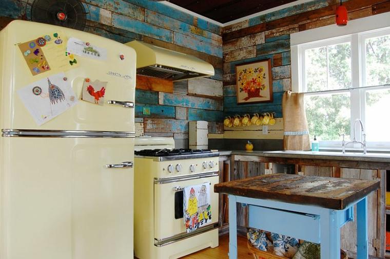 idea per ricreare una shabby chic cucina con delle assi in legno dall'aspetto vissuto alle pareti ed elettrodomestici vintage