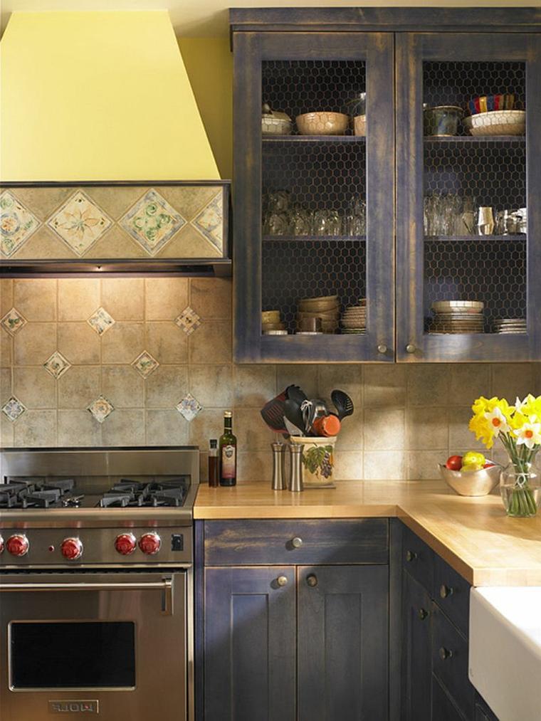 idea per arredare cucine shabby chic con mobili scuri dall'aspetto anticato e cucina a gas in acciaio
