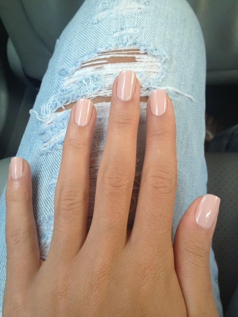 esempio di manicure semplice ma elegante realizzata con uno smalto nude brillante