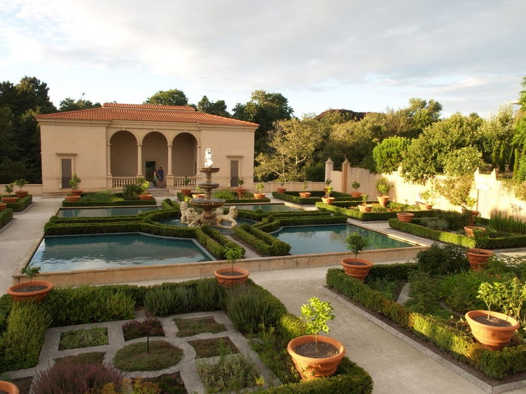 Piccoli giardini di villette, laghetti artificiali con una grande fontana al centro