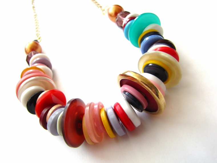 collana fai da te con dei bottoni colorati, idea last minute per la festa della mamma