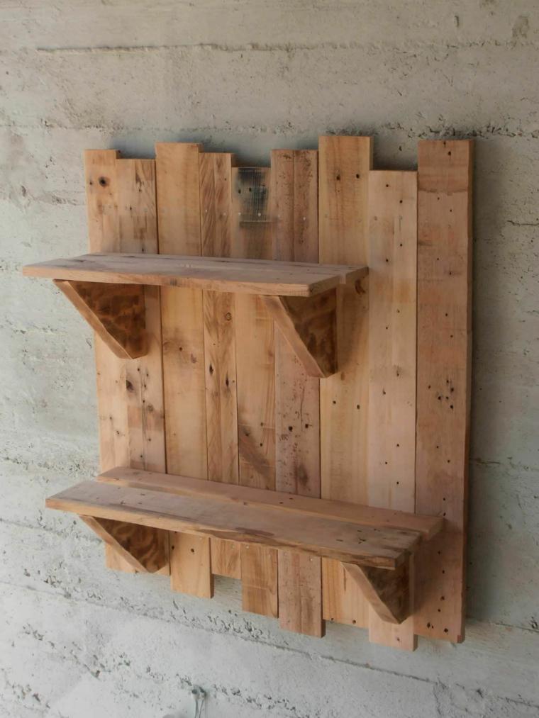 mensola realizzata con del legno di riciclo dei pallet dalla forma originale