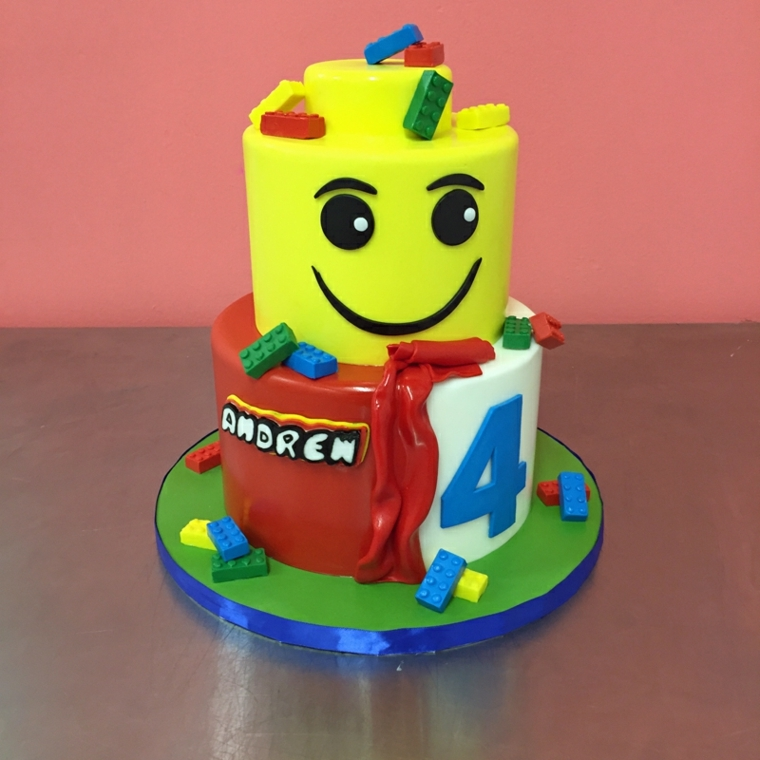 Cake design a forma di Lego, torta a due piani decorata con i pezzi delle costruzioni