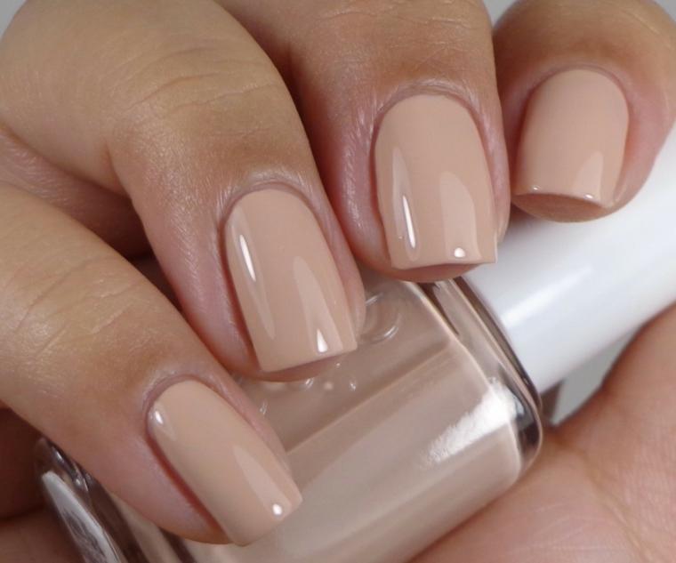 manicure dall'effetto naturale con unghie gel color carne di media lunghezza