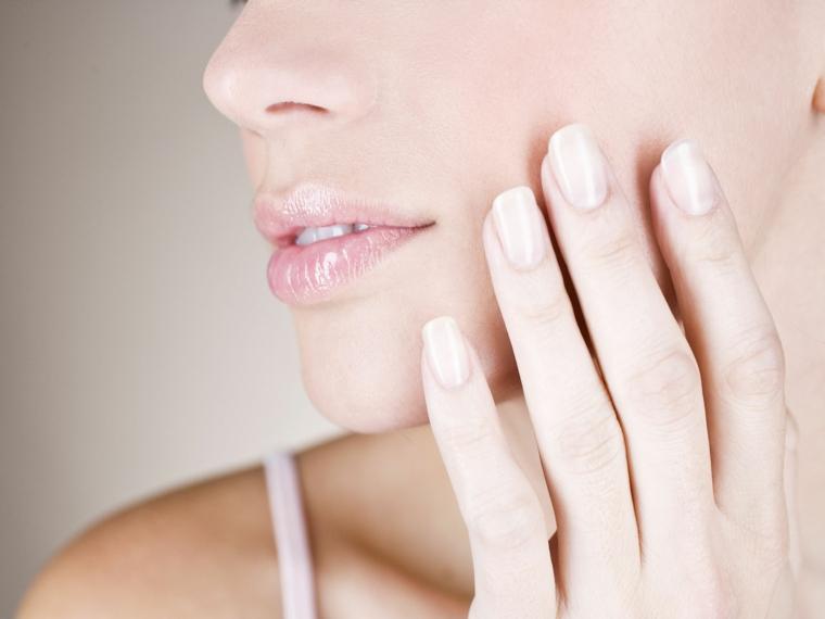 effetto naturale su labbra e unghie con uno smalto nude dalla finitura leggermente brillante