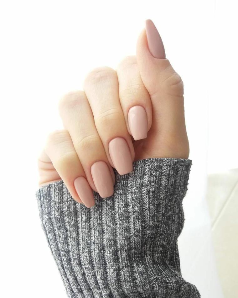 manicure semplice ed elegante, unghie rosa cipria lunghe e dalla forma squadrata