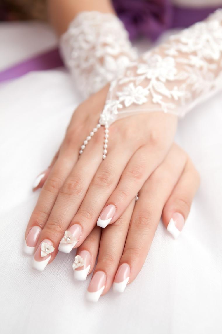 Immagini unghie french decorate, decorazioni con fiorellini rosa tridimensionali