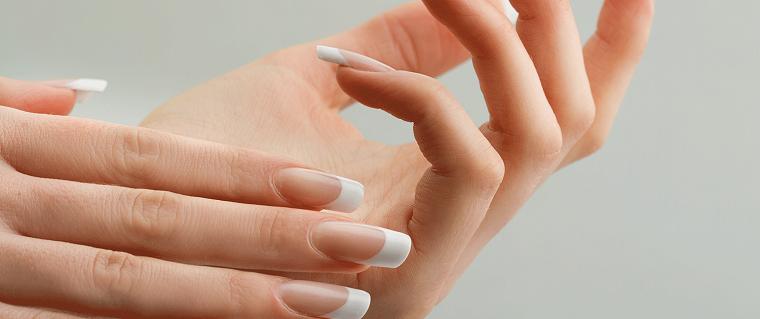 Ricostruzione unghie bianche, french manicure per una sposa elegante