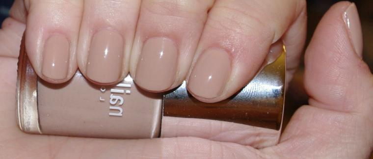 colore trend di stagione, unghie neutre color carne con finitura brillante dalla forma tonda