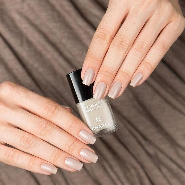 Unghie sposa, boccetta di smalto marchio Chanel di colore nude, manicure donna semplice