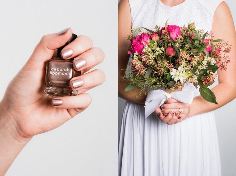 Unghie eleganti per matrimonio, bouquet di rose con fiocco bianco, boccetta di smalto in mano di una donna