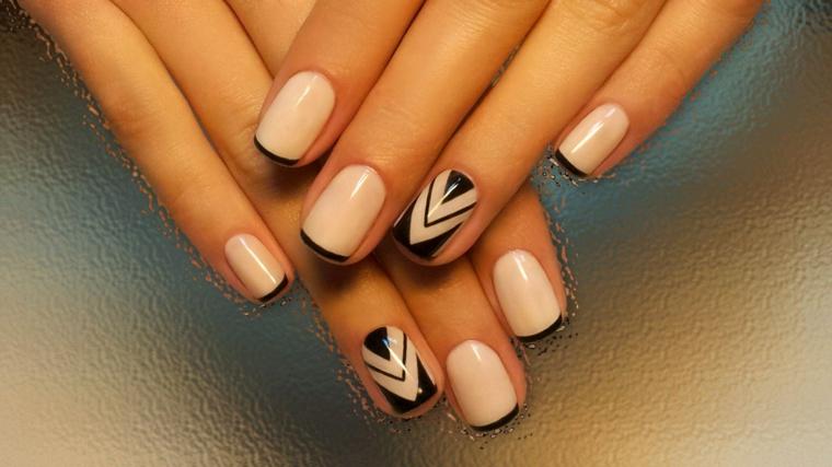 proposta per realizzare una manicure alla moda con uno smalto nude e delle decorazioni nere