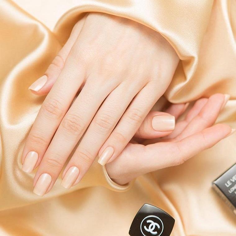 Unghie semplice ma belle, manicure con smalto di colore nude