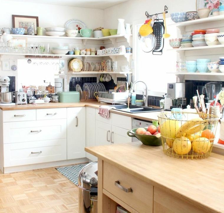 mobili e mensole angolari, tazze e piatti a vista, mobile in legno e cesto porta frutta: colori shabby