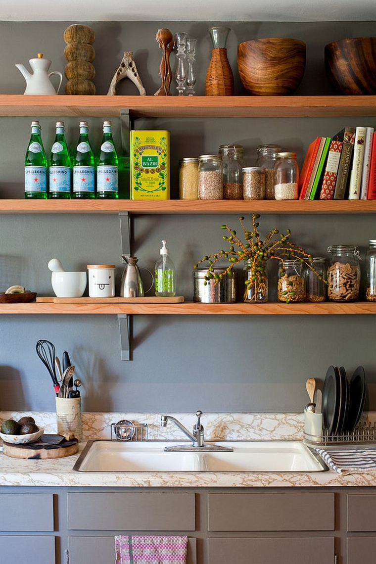 idea per arredare una cucina shabby chic provenzale con delle mensole in legno