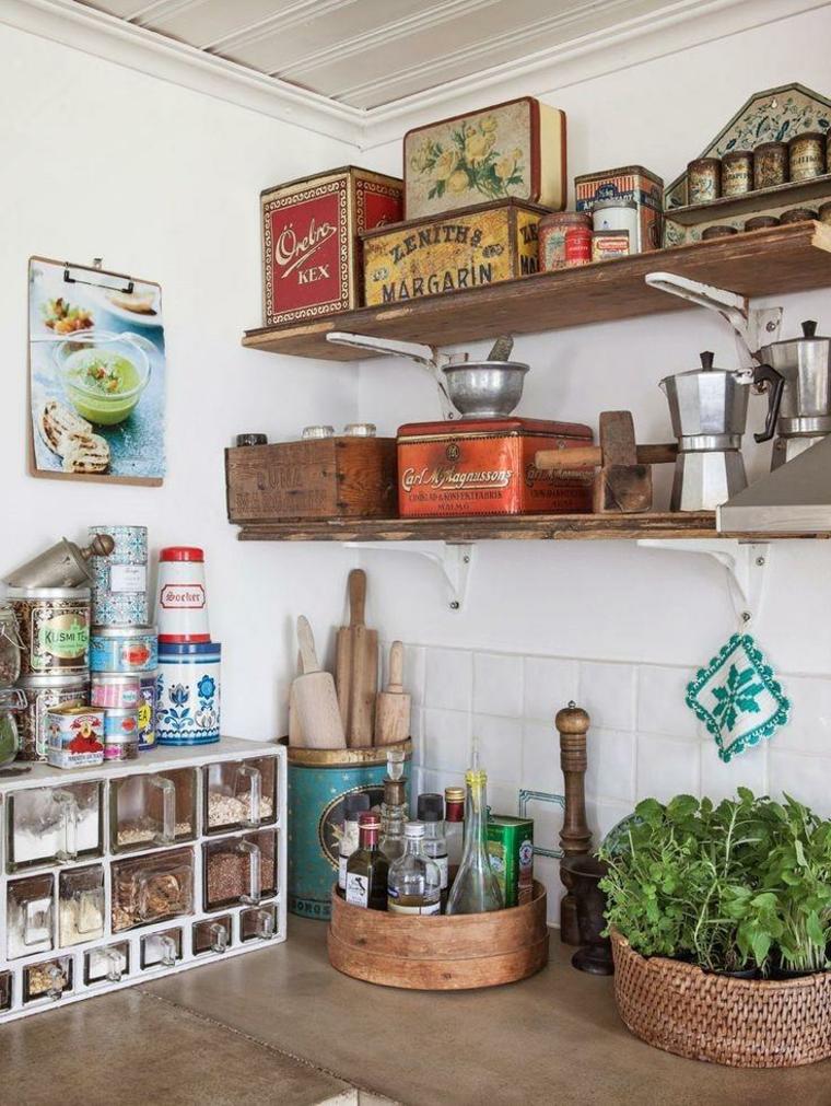 idea per allestire una cucina shabby chic provenzale con scatole in latta, mensole di legno, piante aromatiche