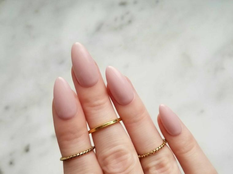 bellissima manicure con smalto color carne dalla finitura opaca, unghie lunghe a punta