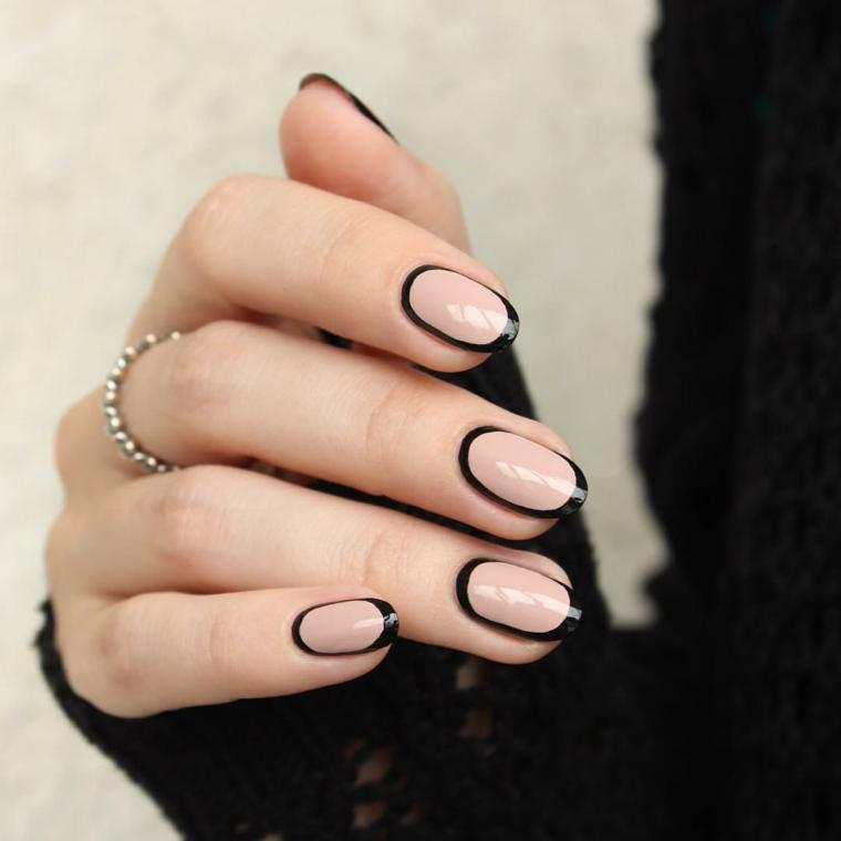 idea per realizzare una nail art color carne origine con i contorni neri per un effetto chic