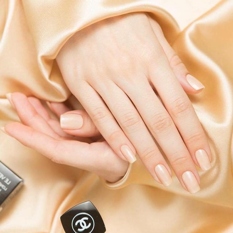 esempio di nail art naturale nella tonalità color carne chiara, unghie lunghe e squadrate