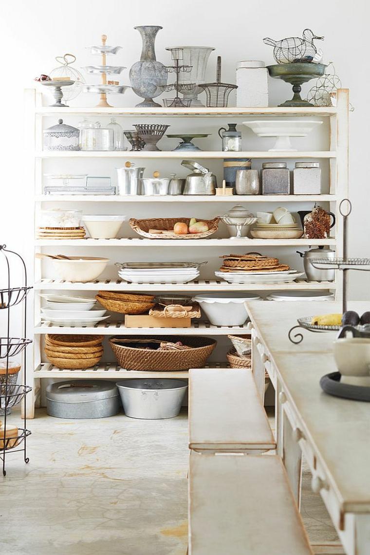 idea per arredare una cucina shabby chic provenzale con delle mensole bianche
