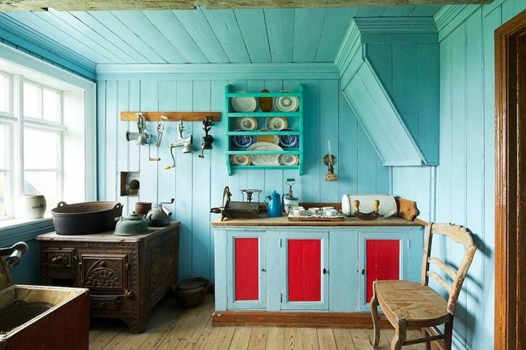 pareti, soffitto e mobili azzurro pastello, ante rosse e mensole: colori shabby