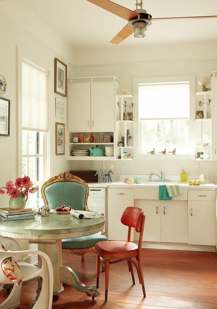 cucina con mobili bianchi e zona pranzo in stile shabby chic con sedie vintage